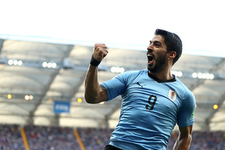 Suarez scores as Uruguay and Russia advance